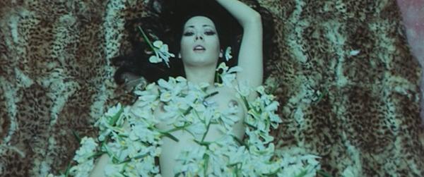 Edwige Fennech toute fleurie pour Les rendez-vous de Satan de Giuliano Carnimeo © Galassia Cinematografica