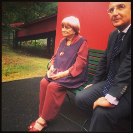 Agnès Varda (en compagnie de Marc Antoine Jamet, PDG du Jardin d'Acclimatation) avant la projection de la version restaurée de Cléo de 45 à 7 © FredMJG/Instagram