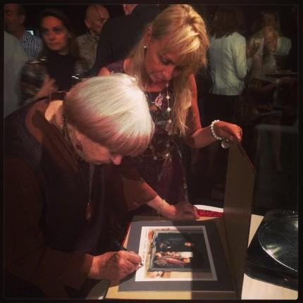 Aidée de Rosalie, Agnès Varda dédicace un double autoportrait pris sur le tournage de Sans toit, ni loi pour Sandrine Bonnaire ©FredMJG/Instagram