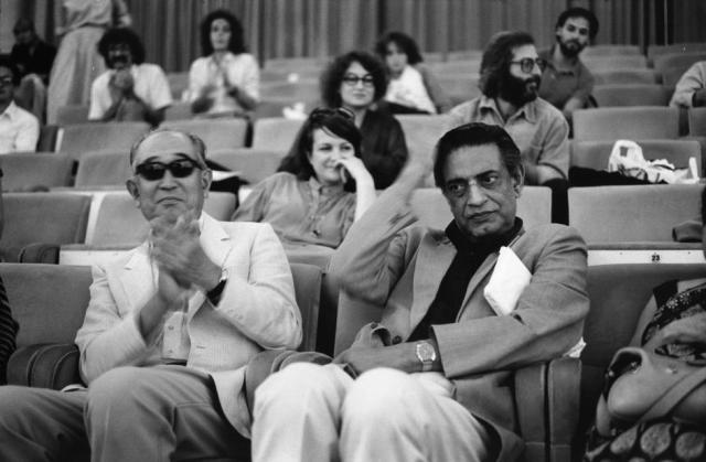 Akira Kurosawa et Satyajit Ray photographiés au Festival de Venise en 1982 par Raymond Depardon. Source : www.oldindianphotos.in