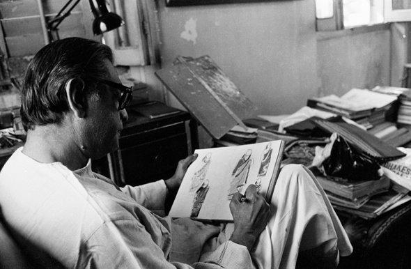 Satyajit Ray dessinant les costumes pour La maison et le monde/Ghare Baire_1984 © Nemai Ghosh/Delhi Art Gallery [Source : /www.bfi.org.uk]
