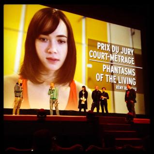 Sur scène, le Jury et au micro le réalisateur Jean Sébastien Bernard [et un bug sur l'écran] © FredMJG