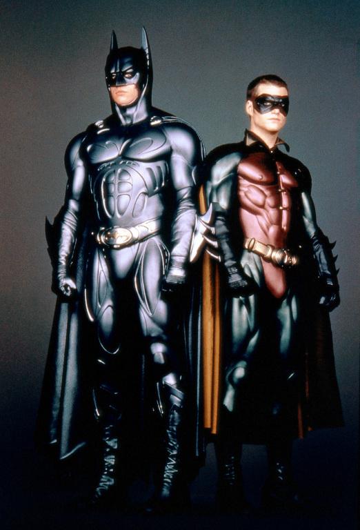 Val Kilmer et Chris O'Donnell essayant de garder leur sérieux pendant les essais de costumes © Warner Bros.