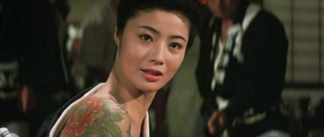 Sumiko Fuji dans La pivoine rouge de Tai Katô © Toei Company