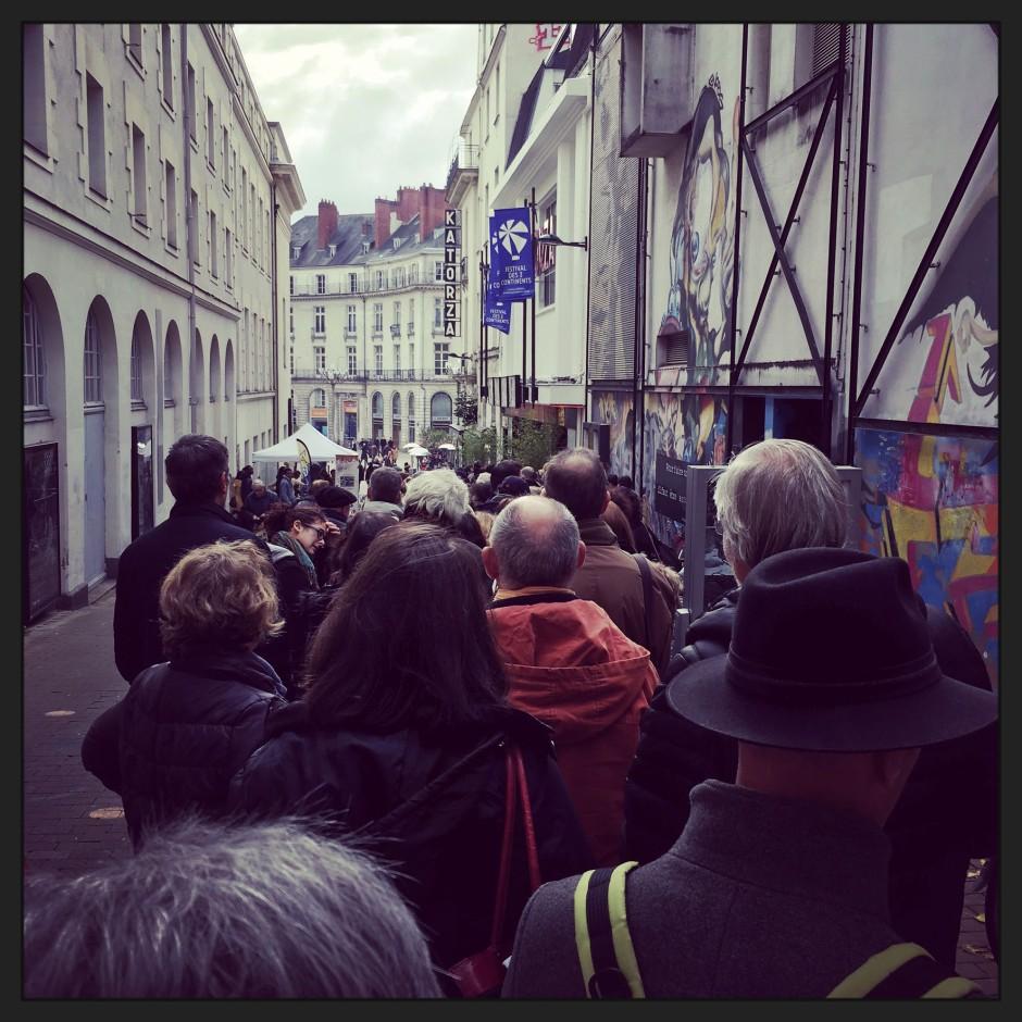 La queue ou le cauchemar quotidien du festivalier © FredMJG
